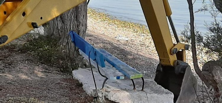 Συνεχίζονται οι παρεμβάσεις του Δήμου στις παραλίες της Σαλαμίνας