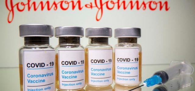 """Η Johnson & Johnson """"καθυστερεί τη διάθεση"""" του εμβολίου της κατά της Covid-19 στην Ευρώπη μετά την """"αναστολή"""" της χρήσης του στις ΗΠΑ"""