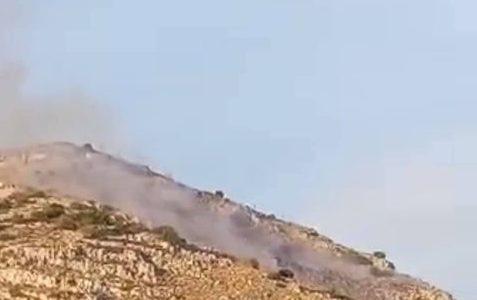Πυρκαγιά εν υπαιθρω στη Σαλαμινα περιοχή Παλούκια πάνω απ' τον Ναύσταθμο Σαλαμινας