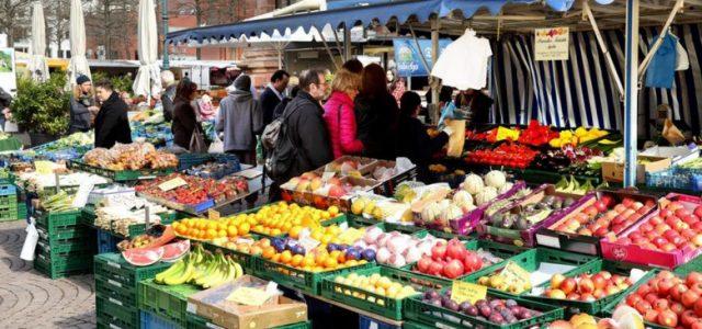 Οι ομοσπονδίες των εργαζομένων στις λαϊκές αγορές ζητάνε την κατάργηση των μέτρων 50% – 50% για τους πωλητές και την απόσταση των 5 μέτρων από πάγκο σε πάγκο