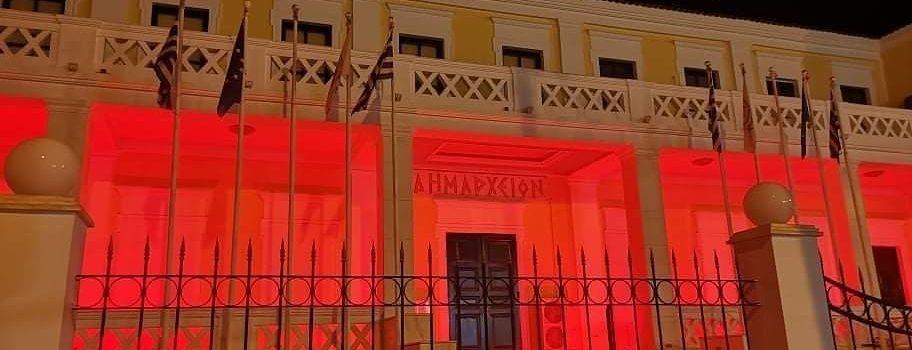 Στο κόκκινο χρώμα φωτίστηκε το Δημαρχιακό Μέγαρο Σαλαμίνας στην Ημέρα Μνήμης της Γενοκτονίας των Ποντίων