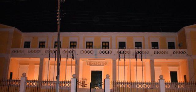 Με πορτοκαλί χρώμα φωταγωγήθηκε το Δημαρχείο Σαλαμίνας προς τιμήν της Παγκόσμιας Ημέρας Σκλήρυνσης κατά Πλάκας