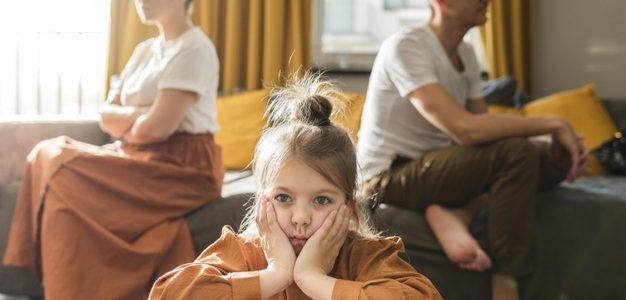 Βουλή-Συνεπιμέλεια: Ψηφίστηκαν τα άρθρα για την από κοινού και εξίσου άσκηση γονικής μέριμνας και τον χρόνο επικοινωνίας γονέα– παιδιού