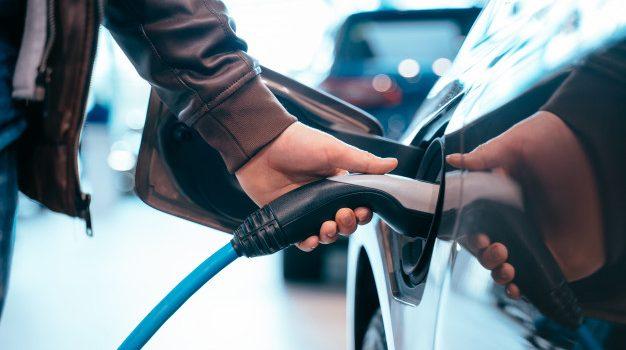 Τα ηλεκτρικά οχήματα θα μειώσουν την πώληση περισσοτέρων από 2 εκατ. βαρέλια πετρελαίου ημερησίως έως το 2030, σύμφωνα με την ΙΕΑ