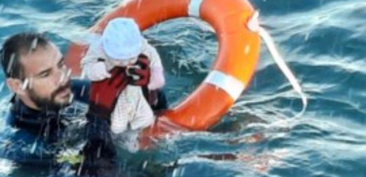 Ισπανός αστυνομικός έσωσε ένα μισοπνιγμένο μωρό στη Θέουτα