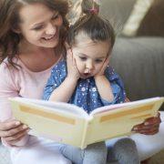 Η κ. Βίκυ Δικαιοπούλου και ο κ. Δημήτρης Μάλλης συνομιλούν με τα παιδιά και μεταξύ τους για τα παραμύθια, τα βιβλία και τους ήρωες