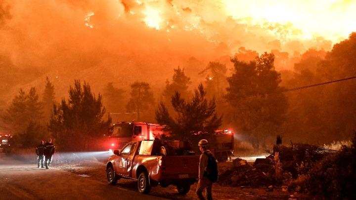 Απομακρύνθηκαν προληπτικά, λόγω της μεγάλης πυρκαγιάς στα Γεράνεια, και κάτοικοι του Αλεποχωρίου – Δεν υπάρχει ενιαίο μέτωπο, σύμφωνα με την Πυροσβεστική, αλλά πολλές εστίες σε μεγάλη περίμετρο – Ζημιές και σε οικήματα