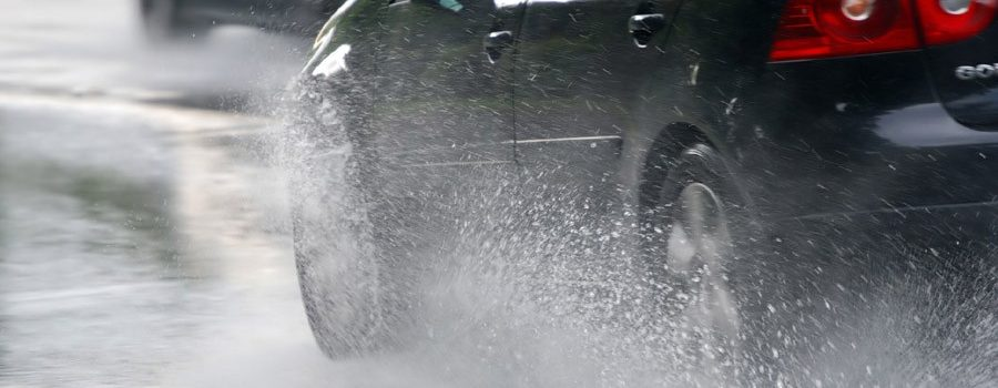 Οδήγηση στη βροχή και τι πρέπει να προσέχουμε