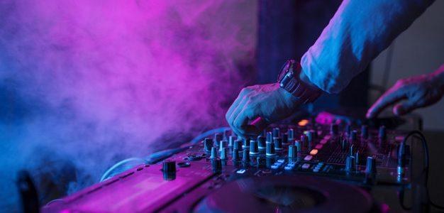 Επιτρέπεται η μουσική σε εξωτερικούς χώρους εστίασης.