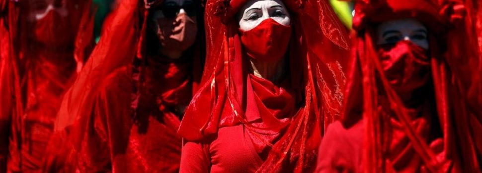 Βρετανία-G7: Με μάσκες και κόκκινη πομπή, χιλιάδες διαδηλωτές καλούν τη G7 να αναλάβει δράση για το κλίμα
