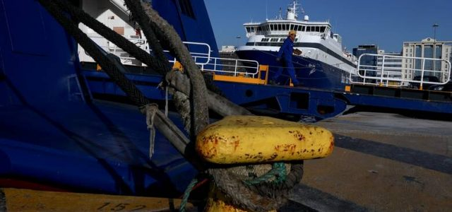 Σε περιφρούρηση της αυριανής 24ωρης απεργίας στα πλοία, καλούν τους ναυτεργάτες, οι διοικήσεις των 12 σωματείων της ΠΝΟ