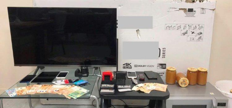 Εξαρθρώθηκε μεγάλο κύκλωμα με απάτες σε βάρος εμπόρων και άλλων πολιτών με πλαστά παραστατικά πληρωμής και επιταγές – Συνελήφθησαν 15 άτομα
