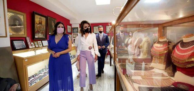 Εντυπωσιάστηκε η Γιάννα Αγγελοπούλου Δασκαλάκη από το Λαογραφικό Μουσείο του νησιού μας και την Πρόεδρό του κ. Ελένη Μπίλλια