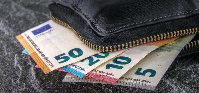 Την Δευτέρα «κληρώνει» για τον κατώτατο μισθό – Οι προτάσεις των εταίρων και οι ενστάσεις του ΚΕΠΕ
