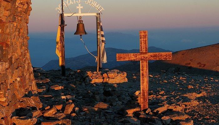 Γιατί φοράμε και κάνουμε το σταυρό μας;